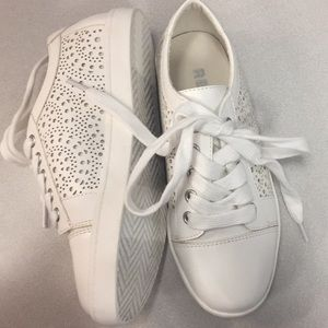 REPORT - girls white sneakers